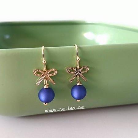 Gouden strikjes met blauwe glaskraal