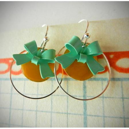 Korte oorhaakjes met gele emaille schijfjes en aquablauwe strikjes