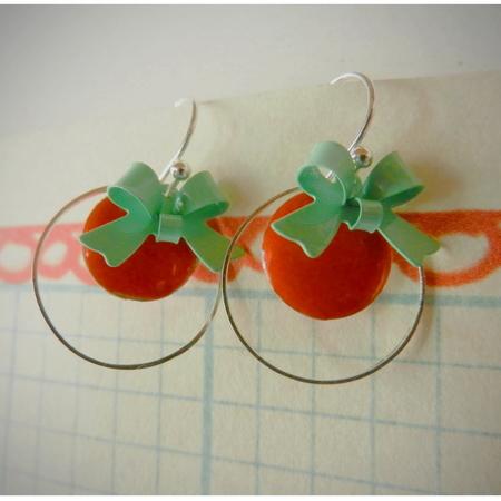 Korte oorhaakjes met oranje emaille schijfjes en aquablauwe strikjes