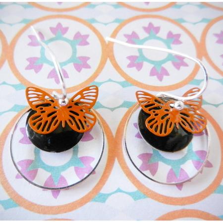 Korte oorhaakjes met zwarte emaille schijfjes en oranje vlindertjes