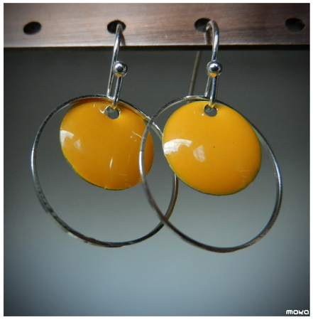 Korte zilverkleurige oorhaakjes met gele emaille schijfjes