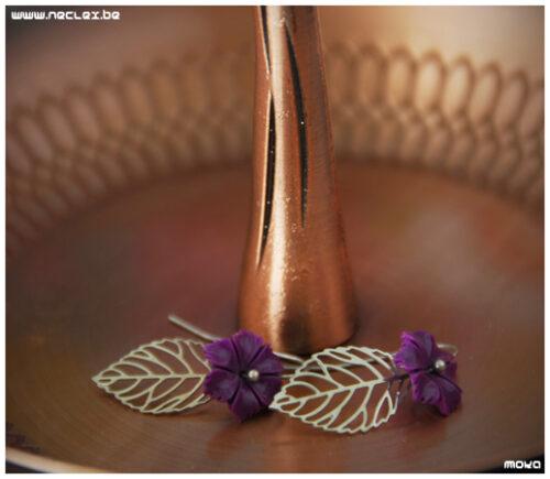 Paarse bloem met zilveren filigree blad