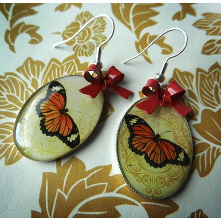 Retro vlinders met rode strikjes