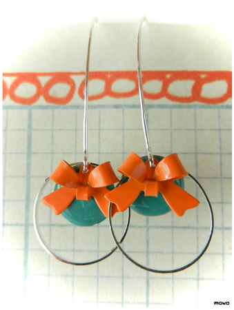 Turquoize emaille schijfjes met oranje strikjes