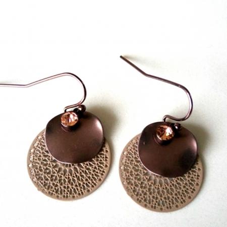 taupe kanten oorbellen met mat chocolade schijfjes en strass steentje