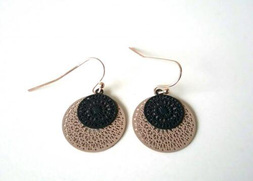 taupe kanten oorbellen met zwarte rondjes