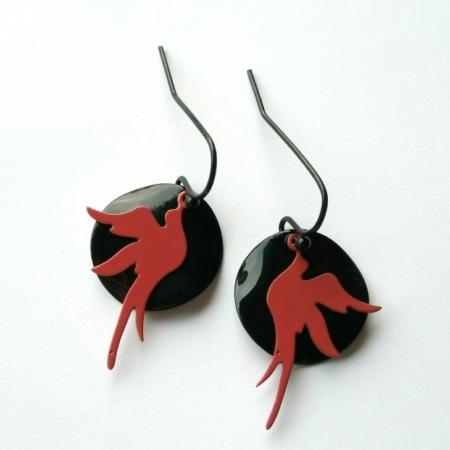 oorbellen met zwarte schijfjes met rode vogels