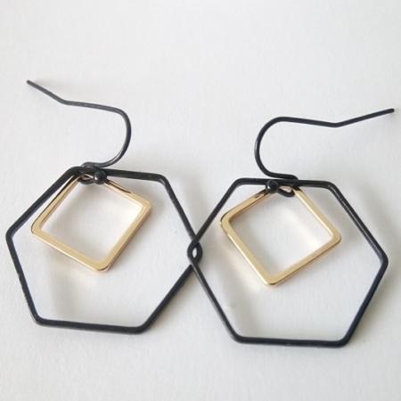 gouden-vierkant-in-zwarte-zeshoek