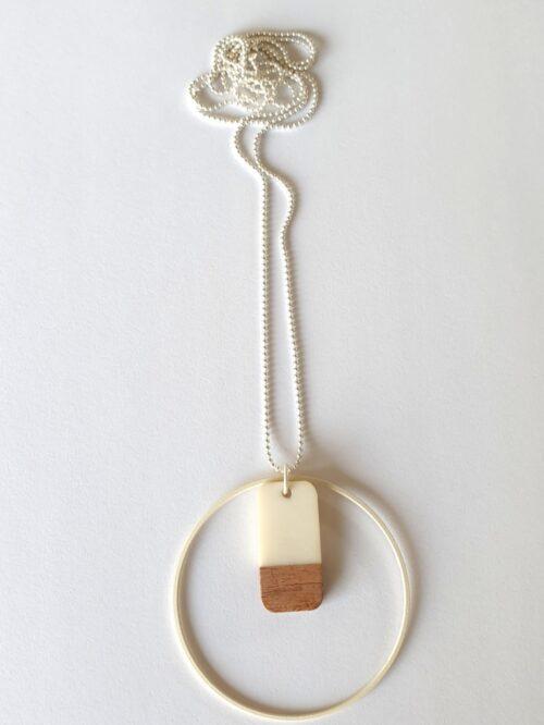 Halsketting met hars en hout - Creme1