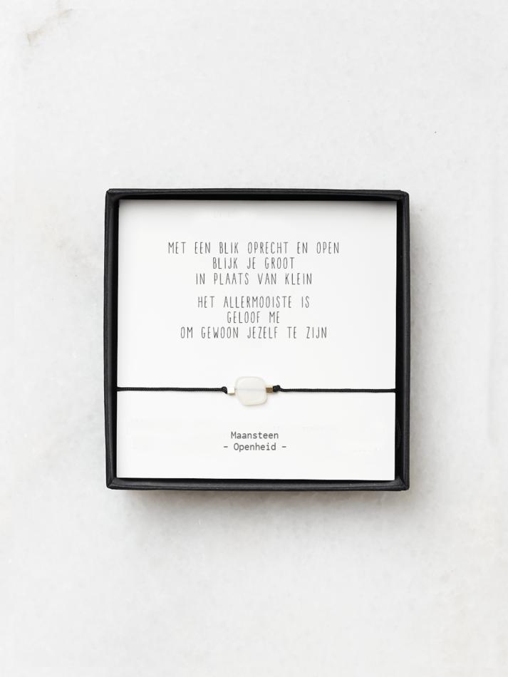 Armbandje met maansteen en gedicht openheid en kwetsbaarheid